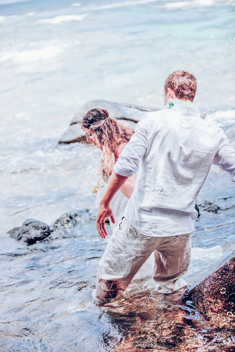 Careful of the rocks - Kauai wedding photographer Difraser