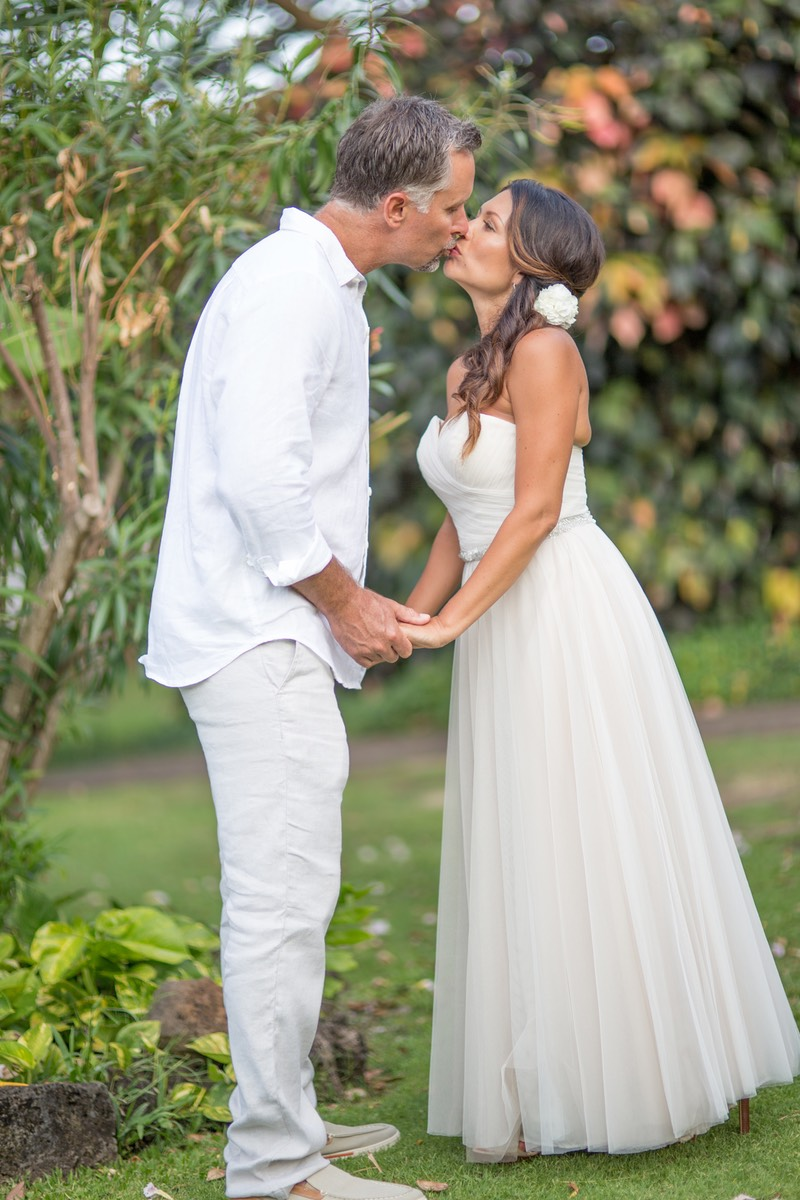 Newly ways in the shade of the orchard, snogging. Wedding photography Kauai by Difraser