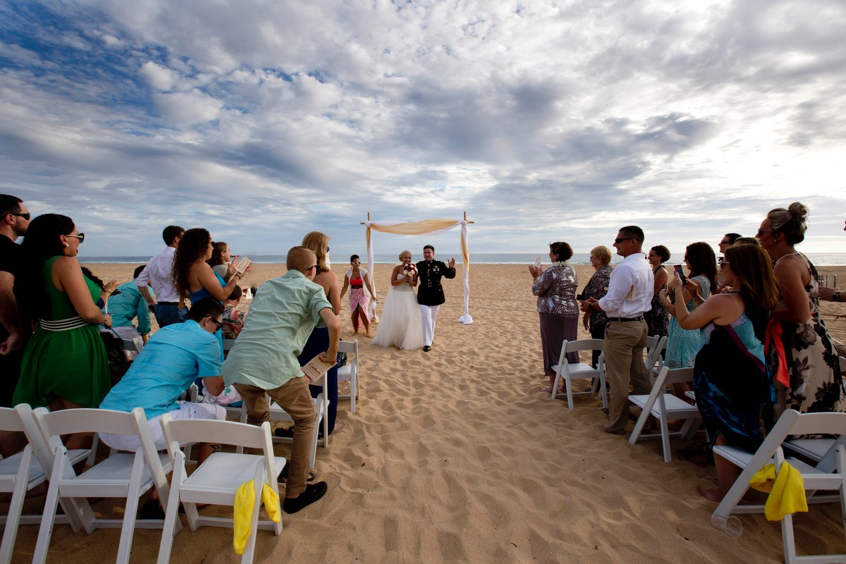 Larger wedding on Kauai beach, photograher Difraser
